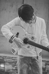 尾崎裕哉、父の声を受け継ぐ1stシングル「始まりの街」をサプライズ・リリース
