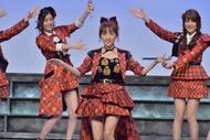 12月7日(月)放送「Momm!!」で新曲「唇にBe My Baby」を披露するAKB48 (c)TBS 12月7日(月)放送「Momm!!」で新曲「唇にBe My Baby」を披露するAKB48 (c)TBS