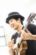 六本木ヒルズでチャリティー・ライヴを行うジェイク・シマブクロ Listen Japan