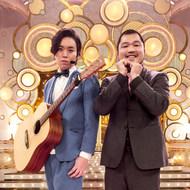 「日本有線大賞 有線話題賞」を受賞したクマムシの長谷川俊輔(右)と佐藤大樹(左)