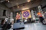 日比谷野外大音楽堂のステージ上で初のベストアルバム発売を発表したかりゆし58 Listen Japan