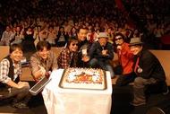 スターダスト・レビュー30周年記念ツアー・中野サンプラザ公演でファンからお祝いケーキのプレゼント