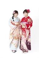 成人式を迎え、晴れ着姿を披露した声優・水瀬いのり(写真左)&伊波杏樹