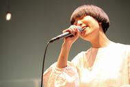 『100万人のキャンドルナイト』の特設ステージに出演するSalyu