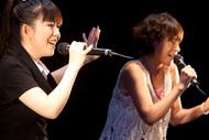 イベントでコラボライブを披露した牧野由依(左)とEPO