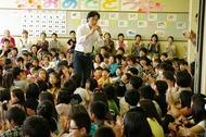 東儀秀樹が東松島・石巻の小学校を訪問 (C)Photo:Akira Itagaki 東儀秀樹が東松島・石巻の小学校を訪問 (C)Photo:Akira Itagaki