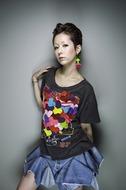 新曲「喜怒哀楽 plus 愛」のPVで5種類の衣装を披露した木村カエラ