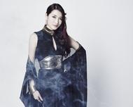 妖艶な黒の衣装を着用した、ELISA新ビジュアル