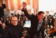 第88回アカデミー賞作曲賞を受賞した、エンニオ・モリコーネ(左)と『ヘイトフル・エイト』監督のクエンティン・タランティーノ(右) (C) MMXV Visiona Romantica, Inc.  All rights reserved. 第88回アカデミー賞作曲賞を受賞した、エンニオ・モリコーネ(左)と『ヘイトフル・エイト』監督のクエンティン・タランティーノ(右) (C) MMXV Visiona Romantica, Inc.  All rights reserved.