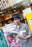 タワーレコード渋谷店で『THE FUTURE TIMES』のゲリラ配布を行った後藤正文