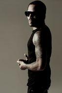 8月に9thアルバムをリリースするレニー・クラヴィッツが3役を演じるPVを公開