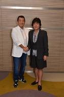 握手でチャリティーライブへの意気込みを見せた加山雄三とTUBEの前田亘輝