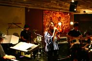 渋谷・Cafe & Dining「Ballo Ballo」でライブ・パーティを開催した中村舞子