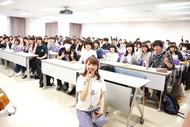 Sakuが日本工学院蒲田校での特別講義で就活生に生歌でエール!