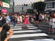"""着ぐるみ""""れ子ちゃん""""を被り渋谷の街の練り歩き"""