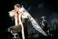 VAMPS、凱旋アリーナ公演でHYDEがプチハロウィン仮装を披露