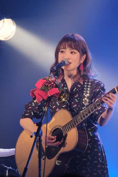 瀬川あやか、初のアコースティックワンマン最終公演で2ndアルバム&全国ツアーを発表