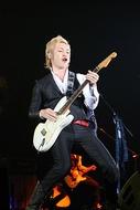 ソロ・コンサート「つるの感謝祭〜つるの恩返し〜」で得意のギターを披露したつるの剛士