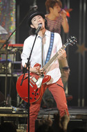 新曲「ビューティフル サン」をライヴ初披露したROCK'A'TRENCH
