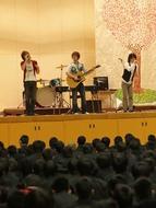 3月10日(水)大阪・貝塚市立第二中学の卒業式にゲスト出演したabsorb