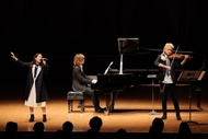 「四月は君の嘘」クラシックコンサートより、NANAE(7!!、写真左)、ヴァイオリニストのNAOTO(写真右)