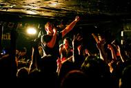 ヴォーカル向達郎(写真中央)はレコーディング中の生活によって体重が増えたそうで、ヌンチャク時代を少し彷彿させる体型になっていた(写真は「音波交流センター東京公演 vol.2」の模様) photo by Wataru Umeda