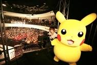 ピカチュウと記念撮影を行う佐香智久 (C)Nintendo・Creatures・GAME FREAK・TV Tokyo・ShoPro・JR Kikaku (C)Pokemon ピカチュウと記念撮影を行う佐香智久 (C)Nintendo・Creatures・GAME FREAK・TV Tokyo・ShoPro・JR Kikaku (C)Pokemon