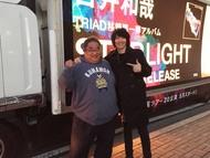 吉井和哉&「STARLIGHT号一番星」アドトラックの運転手