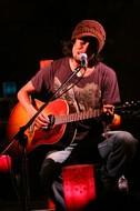 東田トモヒロ、ライヴの人気曲を収録した『Nameless Song』を再発