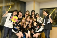 """KAMEN RIDER GIRLS""のスタジオライブを終えての集合写真(KAMEN RIDER GIRLS、鈴村健一(写真左)、神谷浩史(写真右))"