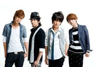 小谷嘉一(vo&b)、永井朋弥(vo)、MOTO(vo&g)、岩元健(vo)からなる4ピース・バンド、+Plus
