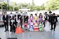 イベント開演前の出演者集合写真(写真左より、司会・吉田尚記、CHiCO with HoneyWorks、竹達彩奈、チームしゃちほこ、カラスは真っ白)
