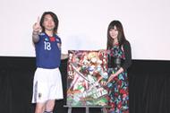 日本代表のユニフォーム姿で登場した諏訪部順一さん(左)と、喜多村英梨さん(右)