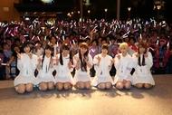 """東京都・昭島モリタウンにて開催されたしょこたん×でんぱ組による""""感謝のフリーパンチライブ""""の模様"""