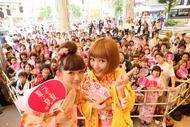 近藤夏子が渋谷でフリーライブ、人気読者モデル武智志穂(写真左)がゲスト出演