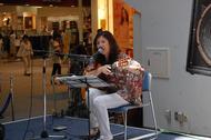 イオンモール福岡でインストア・ライヴを開催した主婦シンガー智子