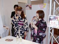 浴衣姿でお渡し会を行った小暮英麻さん・小野涼子さん