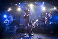 「1 Hopeful Rd.」ショーケースライブを披露したヴィンテージ・トラブル (C)森リョータ