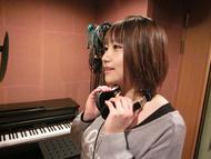 レコーディングを行う、第3巻メインキャスト・巽悠衣子さん ListenJapan