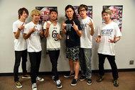 インタビュアー蟹江一平(中央)とINKT(左からSASSY(Dr)、mACKAz(Ba)、KOKI(Vo)、Kei(Gt)、kissy(Key)) 肉ロックフェス2015