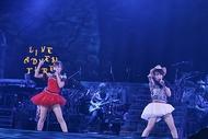 水樹奈々(写真右)全国ツアーファイナル公演にゲスト出演した高垣彩陽 Photo:hajime Kamiiisaka