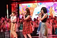 SMAPソングを歌うUTAGEアーティスト(前列右から、山本彩、峯岸みなみ、保田圭) (C)TBS SMAPソングを歌うUTAGEアーティスト(前列右から、山本彩、峯岸みなみ、保田圭) (C)TBS
