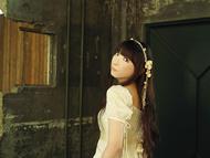 各所で絶賛されている新曲「インモラリスト」をゲリラライブにて初披露する堀江由衣