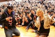茨城県水戸市・水城高校でサプライズ・ライヴを行ったMAY'Sが記念撮影