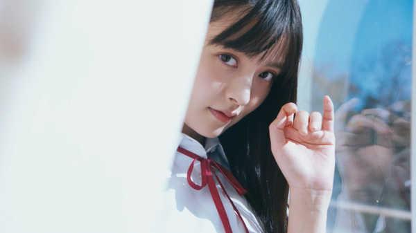 上坂すみれ、「EASY LOVE」MVで制服・メイド・ヒッピーに三変化